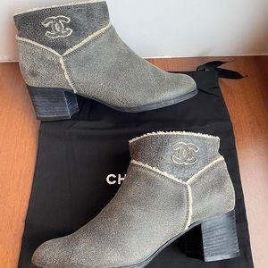Chanel cc logo botties gray with lamb fur inside